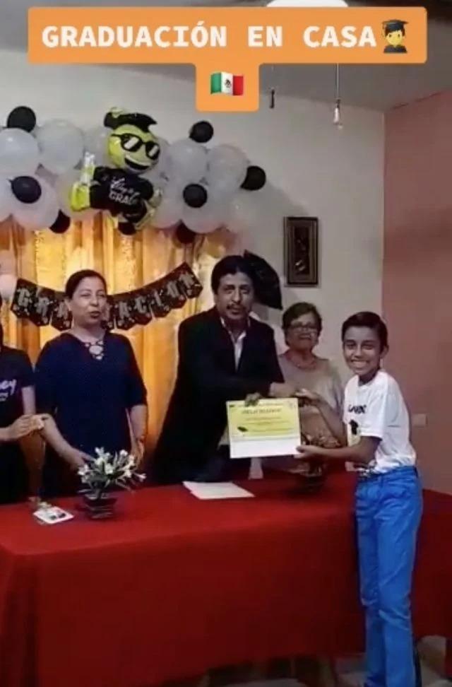 Niño termina primaria y familia hace graduación en casa
