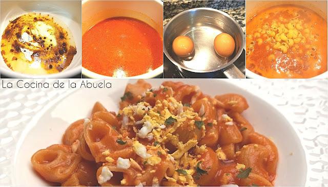 Macarrones caldosos con tomate y huevo.