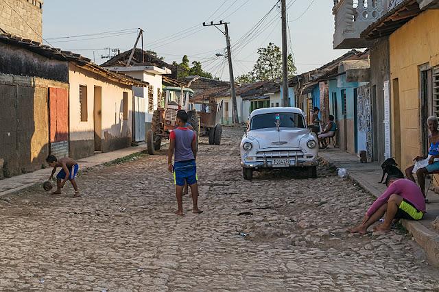 Des enfants en train de jouer dans une rue de Trinidad (Cuba)