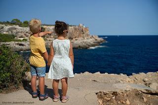Due bambini guardano il mare