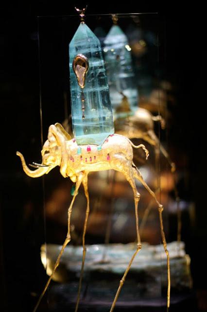 Salvador Dali Space elefante, 1961, ouro, esmeraldas, rubis, diamantes, Aquamarine, relógio com movimento Omega.