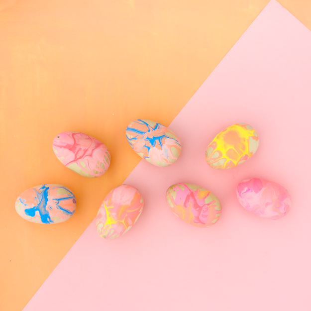 Spin art painted Easter eggs - family craft idea - Easter egg decorating - diy easter eggs - wood eggs, marbled effect, kids Easter craft