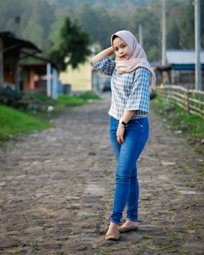 Celana Jeans ketat dan Hijab cewek manis celana Jeans baju kotak-kotak