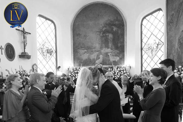 Novios se becan delante de sus padres foto en blanco y negro