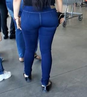 Hermosa chica pantalon bolsas apretado