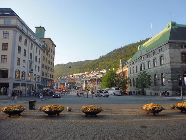 Final de la calle Torgallmenningen, al fondo la zona del puerto de Bergen