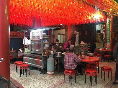 員林媽祖廟(福寧宮)前的早上營業素食麵攤