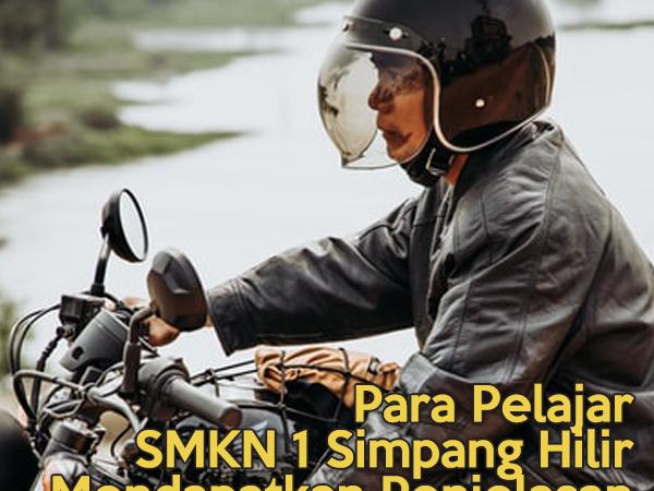 Para Pelajar SMKN 1 Simpang Hilir Mendapatkan Penjelasan Mengenai Standarisasi Helm