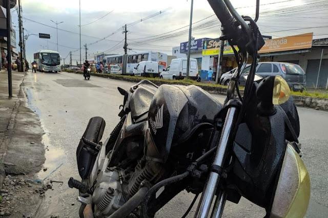 Motociclista morre após perder controle de veículo e colidir em poste na madrugada desta segunda (10)