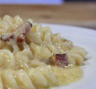 macarrão a carbonara (macarrão com ovos e bacon)