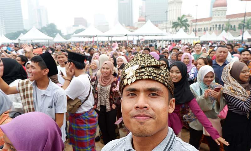 event Keretapi Sarong di Malaysia, Keretapi Sarong merupakan sebuah acara 'flash mob' awam tahunan di mana orang awam akan memakai kain sarung dan dibawa ke kereta api umum