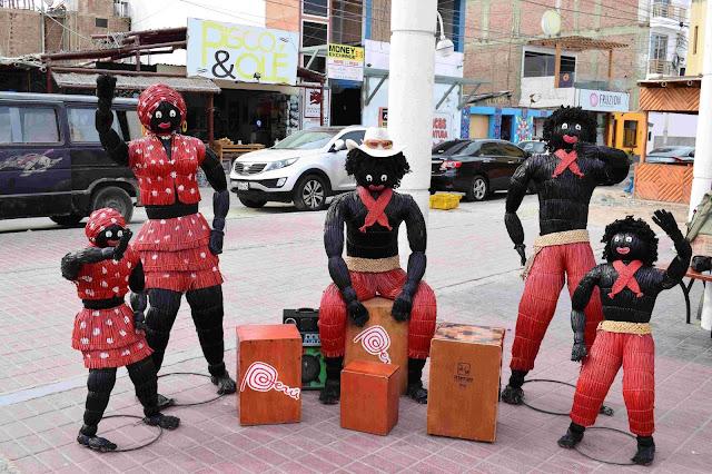 5 esculturas de palha preta de pessoas tocando instrumentos musicais