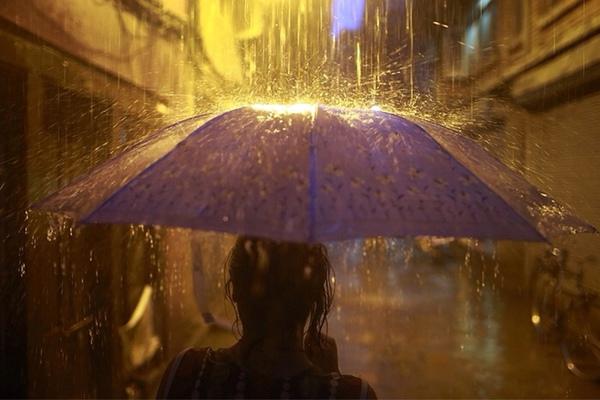 Hình ảnh người đứng dưới mưa, ảnh người đi dưới mưa tâm trạng