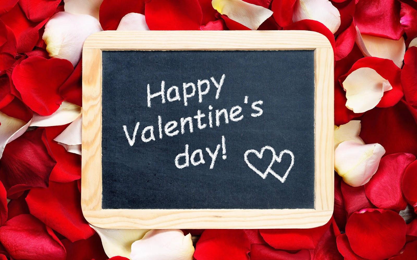 Valentijnsdag achtergrond met rode bloemblaadjes