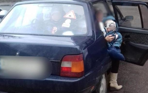 В Обухові батьки закрили маленьких дітей у машині
