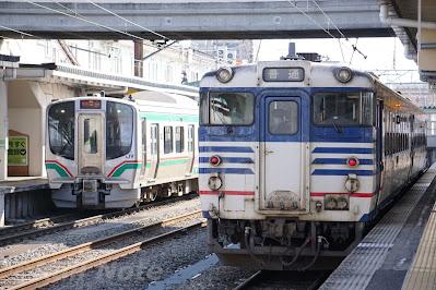 会津若松駅に停車するJR東日本E721系とキハ40系