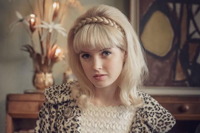 Ellie Bamber como Mandy Rice-Davies
