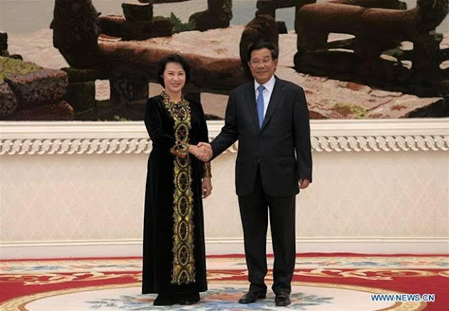 Vietnamese National Assembly Chairwoman Nguyen Thi Kim Ngan (L) shakes hands with Cambodian Prime Minister Samdech Techo Hun Sen in Phnom Penh, Cambodia, Sept. 27, 2016.. (Xinhua/Sovannara)