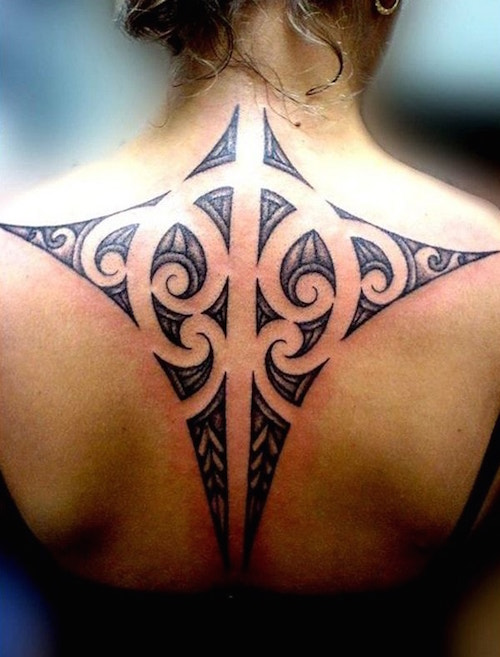 precioso tatuaje de mantarraya polinesio