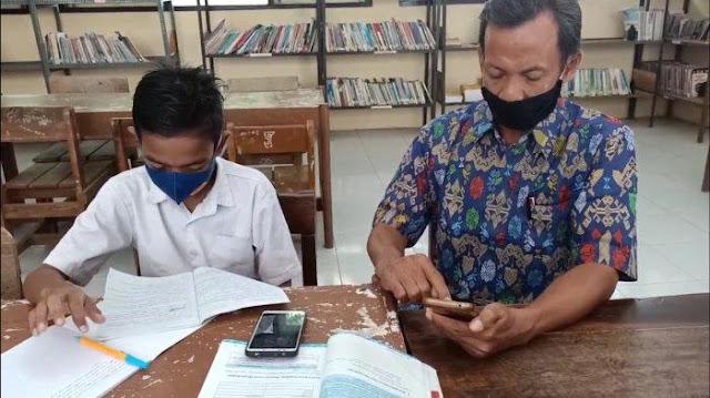 Sambil Menangis, Siswa Ini Datang Kesekolah Minta Diajar Tatap Muka Oleh Gurunya Karena Tak Memiliki Handphone