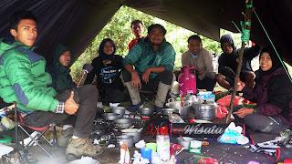 Tim Dapur Umum yang sempat kami foto ketika melayani 130 orang. Catering Gunung. Koki Gunung. Masak di Gunung.