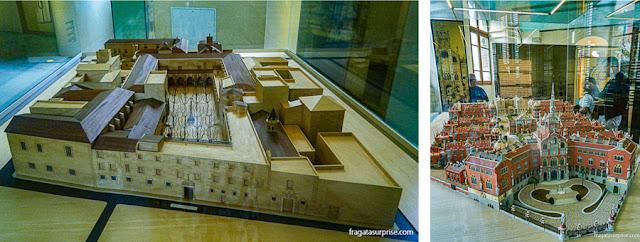 As maquetes do Hospital de La Santa Creu, do Século 15 e do hospital modernista em exposição no Pavilhão Sant Salvador