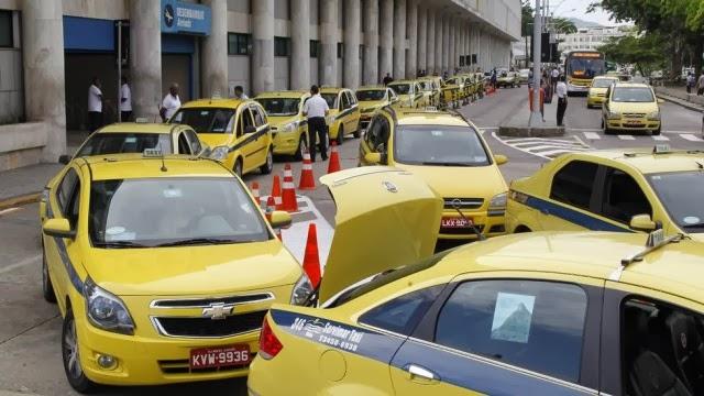 Fila dos taxis amarelinhos no Aeroporto Santos Dumont