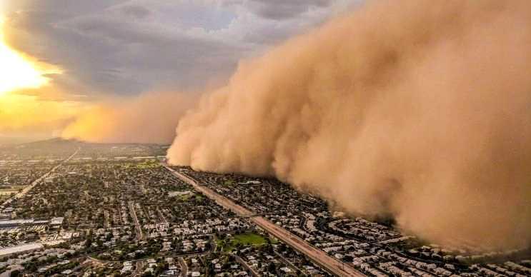 Toz fırtınası daha çok kurak yerlerde görülür ve önüne çıkan her şeyi toza bular.