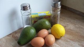 pitta z jajkiem sadzonym i avocado