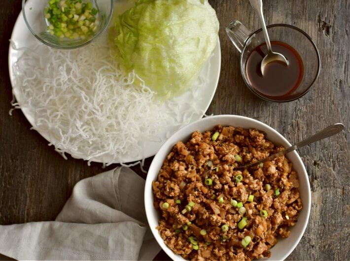 Wraps de lechuga con pollo como los del restaurante PF Chang´s. Tenga todos los ingredientes listos en la mesa para que las personas hagan sus wraps