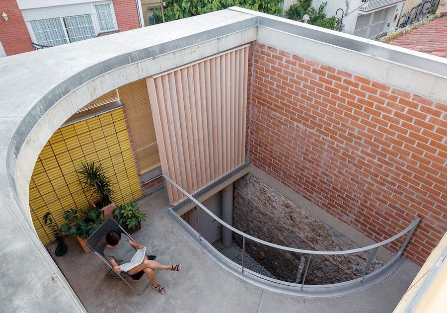 Terraza interior con persianas alicantinas de madera