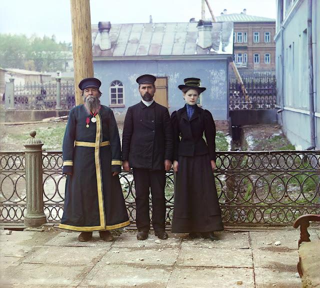 Рабочее  поколение. Оружейный мастер А. П. Калганов с сыном и внучкой, 1910 год.  г. Златоуст.