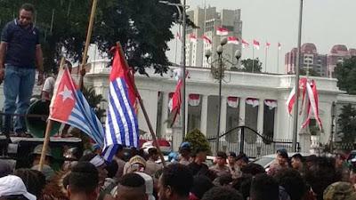Papua Rusuh Lagi 1 TNI Gugur,  Mak Susi Tersangka, Bintang Kejora Berkibar di depan Istana