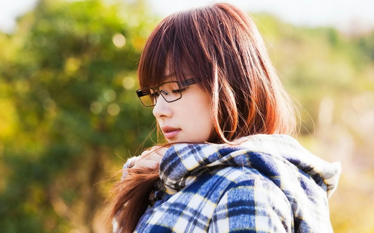 cô gái đeo kính dễ thương