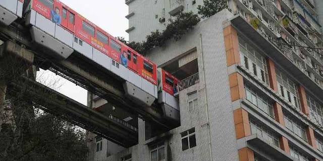 Kereta Yang Melalui Gedung