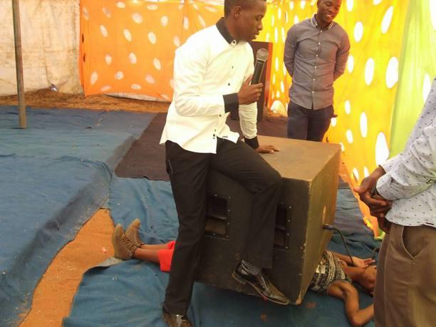 """Pastore uccide una donna per dimostrare """"il potere di Dio"""" con un miracolo"""
