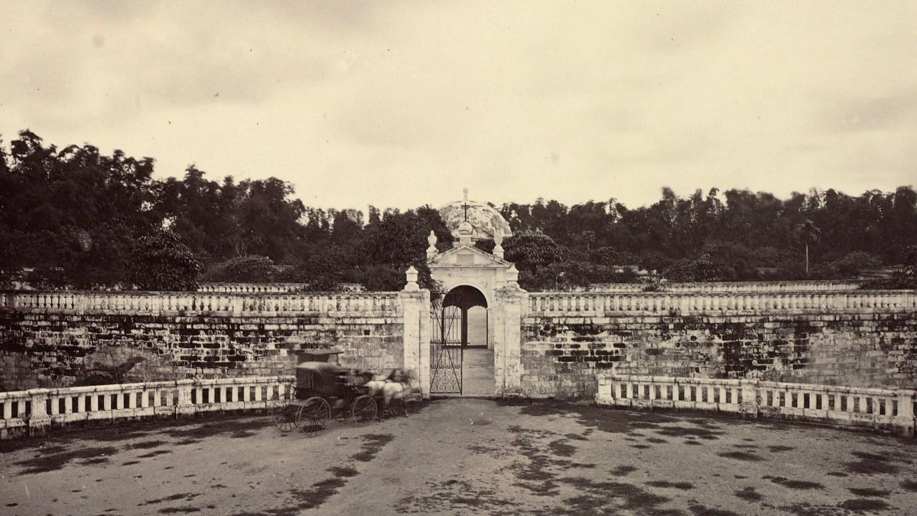 Archival photo of the main entrance of Paco Cemetery