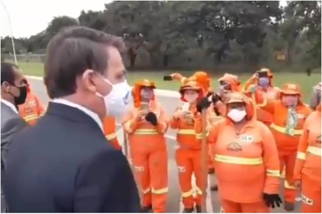"""Bolsonaro faz """"coletiva"""" surpresa com garis e defende a melhora da economia familiar"""
