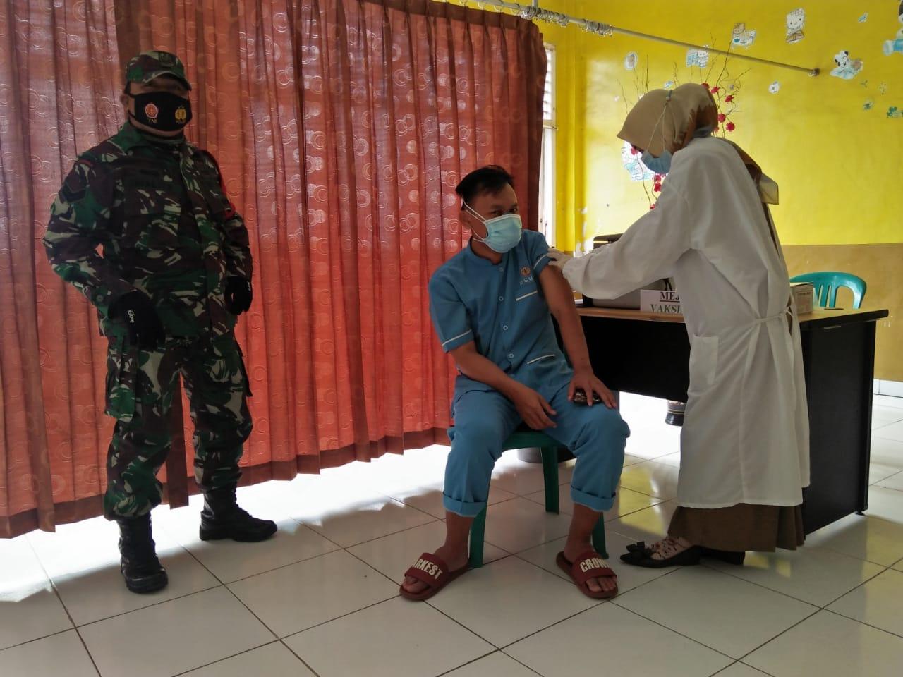Babinsa Koramil 410-01Panjang Kodim 0410KBL, memonitor pelaksanaan kegiatan Vaksinasi Sinovac terhadap tenaga kesehatan yang bertempat di Puskesmas Rawat Inap Sukabumi