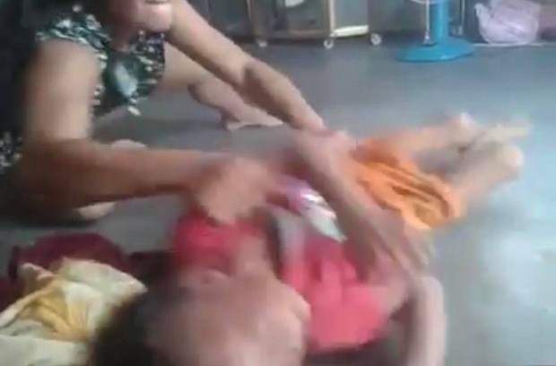 Công an làm việc với mẹ ghẻ con chồng bóp cổ và đánh tới tấp vào đầu bé trai 5 tuổi