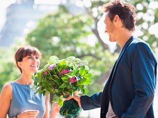 цветы девушке кавалер ухажер аферист букет цветов дарит