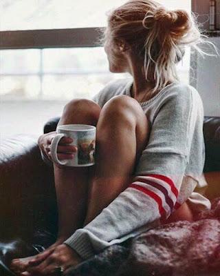 foto tumblr tomando taza de café en casa sentada