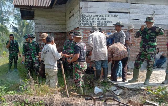 Wujudkan Kenyamanan saat Beribadah, Satgas TMMD Bersihkan Halaman Meunasah Desa Alue Limeng