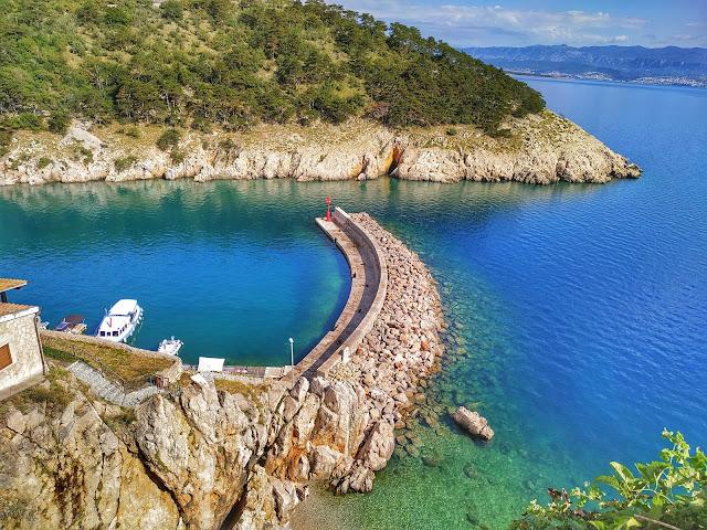 piękne kolory morza w Chorwacji, plaże, zatoki, wyspa Krk