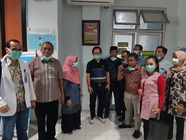 "Mojokerto - majalahglobal.com : Komisi III DPRD Kota Mojokerto melakukan inspeksi mendadak (sidak) di RSUD dr. Wahidin Sudirohusodo Kota Mojokerto, Jumat (20/3). Kedatangan para wakil rakyat ke rumah sakit milik pemda tersebut untuk memastikan kesiapan penanganan pasien covid-19 yang sudah merambah di sejumlah daerah di Indonesia.  Ketua DPRD yang juga sebagai koordinator Komisi III, Sunarto mengatakan, kedatangan Komisi III ini untuk memastikan kesiapan rumah sakit dalam menangani wabah virus covid-19. Sejumlah kesiapan yang harus dimiliki rumah sakit diantaranya ruang isolasi maupun tenaga medis yang menangani pasien virus covid-19.  ""Kami bersama rombongan komisi ingin mengetahui secara langsung ruang isolasi yang disiapkan oleh rumah sakit,"" kata Sunarto.  Dikatakannya, dari hasil sidak tersebut, kita mendukung langkah rumah sakit yang sudah melakukan pencegahan dan pelayaanan pasien covid-19 sesuai SOP. Bahkan rumah sakit juga sudah melakukan pembatasan kunjungan pasien umum."" Setiap masuk rumah sakit, sudah ada petugas yang siap mengecek suhu badan,"" ujar Sunarto.  Ketua Komisi III, Agus Wahjudi Utomo menambahkan, untuk mengurangi penumpukan jumlah pasien berobat, hendaknya rumah sakit segera menerapkan sistem online. Karena sistem tersebut sangat efektif mencegah penumpukan pasien diruang tunggu rumah sakit.  ""Penerapan social distance juga dapat diterapkan melalui antrian berobat sistem online,"" imbuhnya.  Sementara itu Direktur RSUD dr. Wahidon Sudirohusodo, dr. Sugeng Mulyadi mengatakan, meski secara umum belum menjadi daerah sebaran virus, rumah sakit sudah menyiapkan ruang khusus isolasi dan tenaga medis sesuai instruksi pemerintah pusat. Bahkan tenaga medisnya pun juga sudah disiapkan khusus untuk menangani pasien covid-19.  ""Untuk penanganan dan pencegahan kita sudah membentuk gugus tugas covid-19 yang bekerja sesuai standar operasional prosedur ,"" ujarnya.  Bahkan pihaknyatelah menyediakan 4 ruang isolasi untuk mengatasi covid-19. ""Pasien berse tatus "