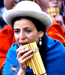 Foto de una persona femenina tocando la zampoña