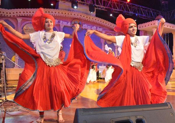 सूरजकुण्ड शिल्प मेले के दूसरे दिन सांयकालीन सत्र में चैपाल पर सांस्कृतिक कार्यक्रम आयोजित