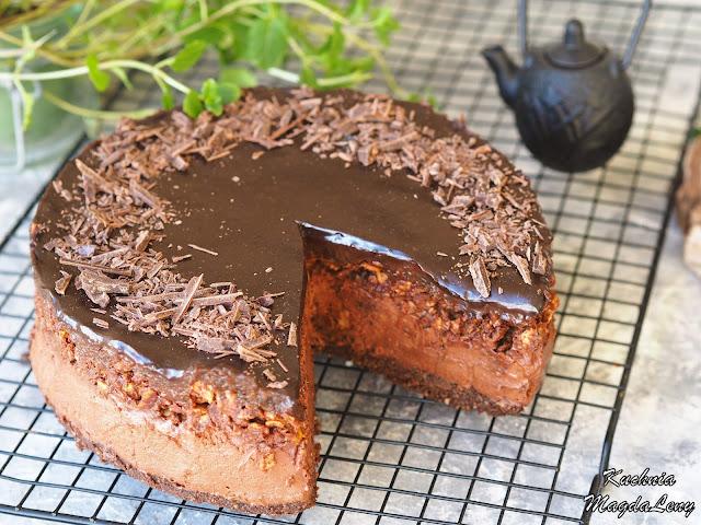 Sernik czekoladowy z musem śliwkowym i chrupką czekoladową