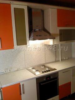 ванильно-оранжевые цвета на кухне