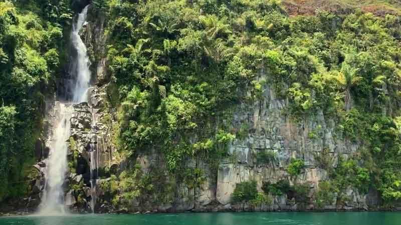 Air Terjun di Danau Toba